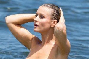 Joanna Krupa przeszła samą siebie. Zabawy z mężem w wodzie, pozowanie do zdjęć. Nic dziwnego? Może... Ale ona robiła to TOPLES