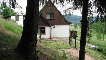 Dom znajduje się w pięknej zielonej okolicy na lekkim wzgórzu