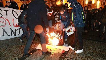 Na Rynek Kościuszki protestować przeciwko uchodźcom przyszło kilkaset osób