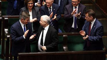 Prezes PiS Jarosław Kaczyński, marszałek Marek Kuchciński (klaszcze z lewej) i inni posłowie PiS po głosowaniu nad wnioskiem opozycji dot. odwołania PiS-owskiego marszałka sejmu