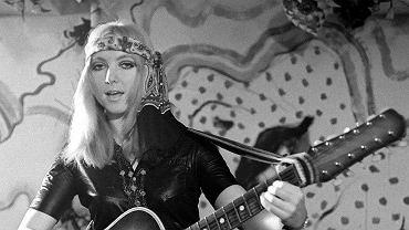 """Od kilku dziesięcioleci jest jedną z najbardziej rozpoznawanych polskich artystek. Jej przeboje potrafi zaśpiewać kilka pokoleń Polaków. Kadr z filmu """"Mały"""" z 1970 roku."""
