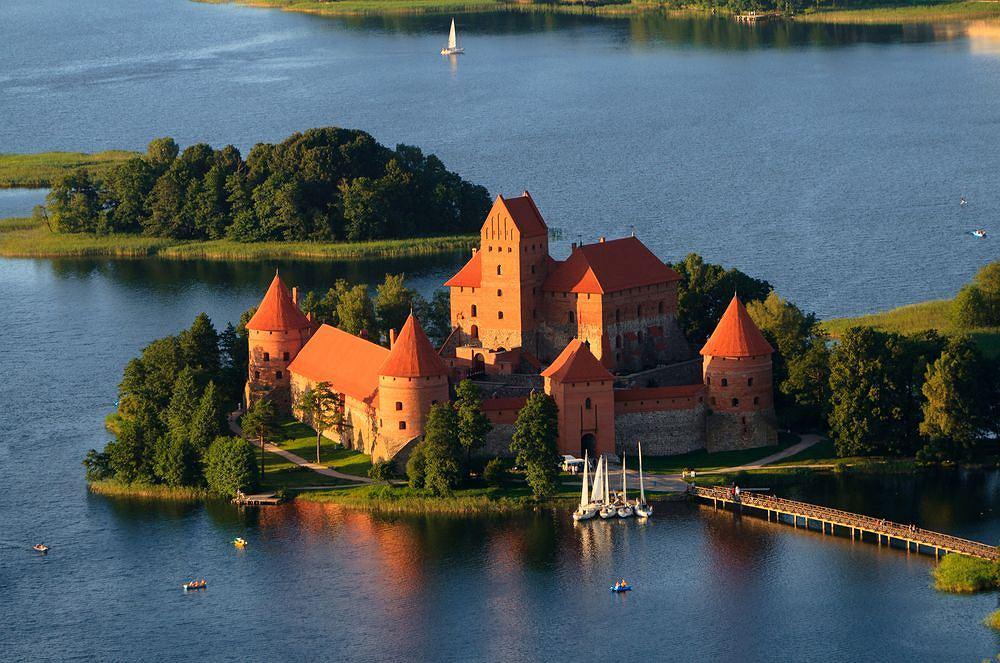 Troki - jedno z najpiêkniejszych miejsc na Litwie. Spokój, zieleñ, blisko¶æ Wilna i wy¶mienita kuchnia