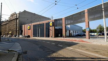 W czwartek przy ul. Gliwickiej w Katowicach został otwarty sklep sieci Lidl. By nawiązać do fasad sąsiednich kamienic inwestycja wyróżnia się kurtynową ścianą