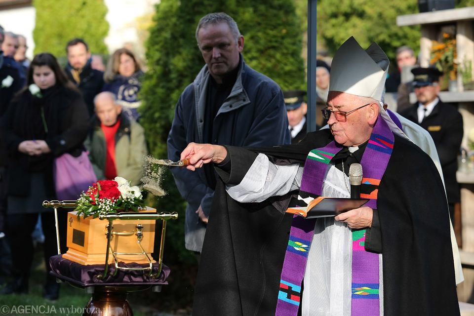14 listopada 2017, Kraków. Cmentarz Salwatorski, pogrzeb Piotra Szczęsnego, bp Tadeusz Pieronek