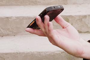 Szukasz smartfona, który nie zawiedzie cię na wakacjach? Doradzamy na co zwrócić uwagę