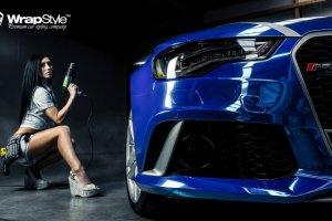 Audi RS6, niebieski chrom i modelka