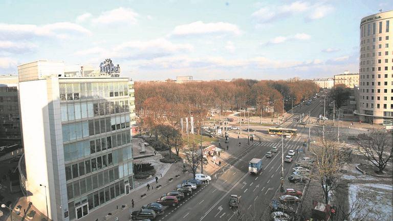 Biurowiec Saski Point (po lewej)BRE Bank chce zastąpić aż trzema 16-piętrowymi budynkami. W prawym górnym rogu 55-metrowy gmach, który powstał w miejscu pawilonu niskiego Orbisu