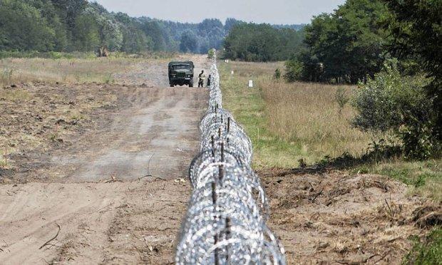 Drut kolczasty, siatka, patrole. W�gry buduj� na granicy z Serbi� zapor� przeciw imigrantom. Unia otacza si� p�otem