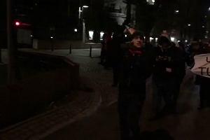 """""""Idziemy po Prawo i Sprawiedliwość"""". Manifestacja w obronie demokracji zablokowana na ulicy Wilczej"""