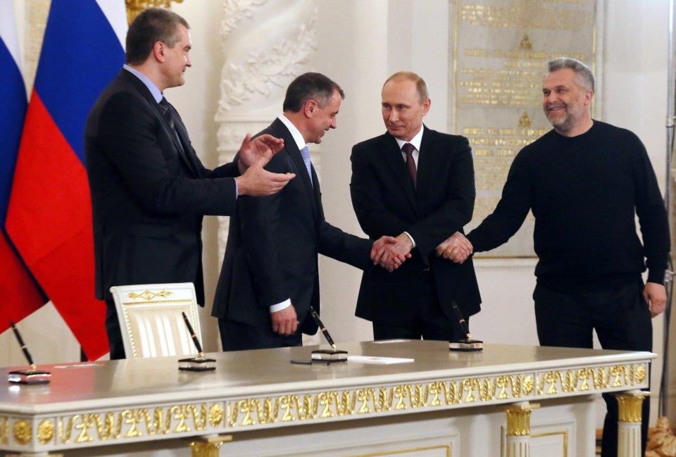 Tak przyłączenie Krymu do Rosji Władimir Putin świętował z (od lewej): 'premierem' Krymu Siergiejem Aksionowem, szefem krymskiego parlamentu Władimirem Konstantinowem i (po prawej) merem Sewastopola Aleksiejem Czałyjem
