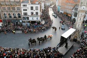 Ostatnia droga kr�la Ryszarda III. Brytyjczycy po�egnali poleg�ego przed ponad 500 laty monarch�