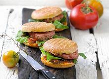 Hamburgery jagnięce z ostrym dżemem pomidorowym - ugotuj