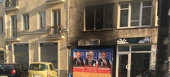 Plakaty kandydatów PiS zawisły na zgliszczach podpalonego sklepu. ''Brak empatii''