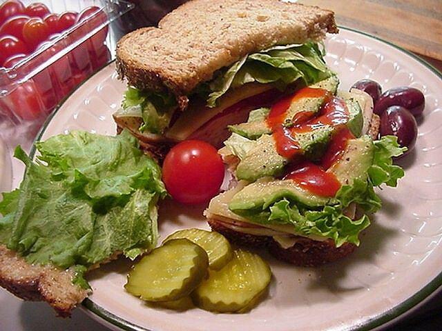 Pieczywo pełnoziarniste, obfitość warzyw: taka kanapka to nie tylko solidny zastrzyk energetyczny