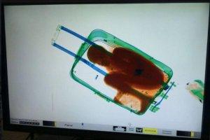 """Hiszpańska straż graniczna zatrzymała """"nerwową"""" kobietę na przejściu. W jej walizce znaleźli ośmiolatka"""