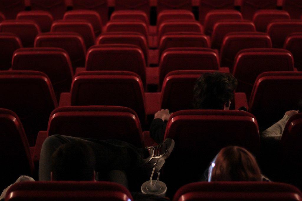 Mężczyzna zmarł w kinie, bo upuścił telefon