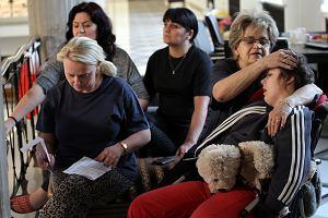 Po decyzji o podniesieniu �wiadcze� piel�gnacyjnych rodzice dzieci niepe�nosprawnych zawieszaj� protest w Sejmie