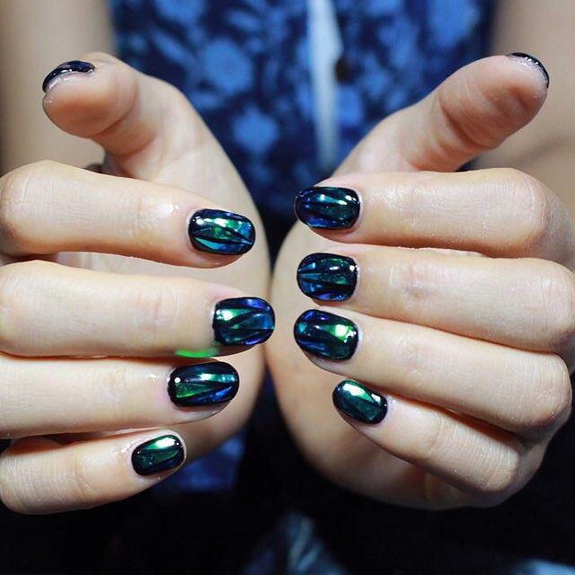 Дизайн битого стекла с красным на ногтях фото