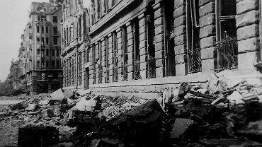 Warszawa, ul. Warecka, gmach poczty głównej. Zdjęcie z 1945 r.