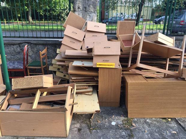 'Ślady reformy widać dosłownie  gołym okiem. Na podwórku przy szkole stoją jakieś stare biurka, większe krzesła'
