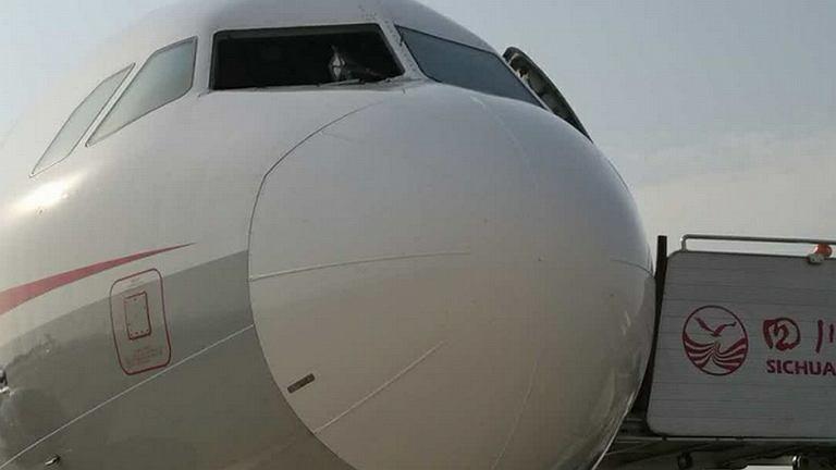 Airbus A319 bez szyby w kokpicie