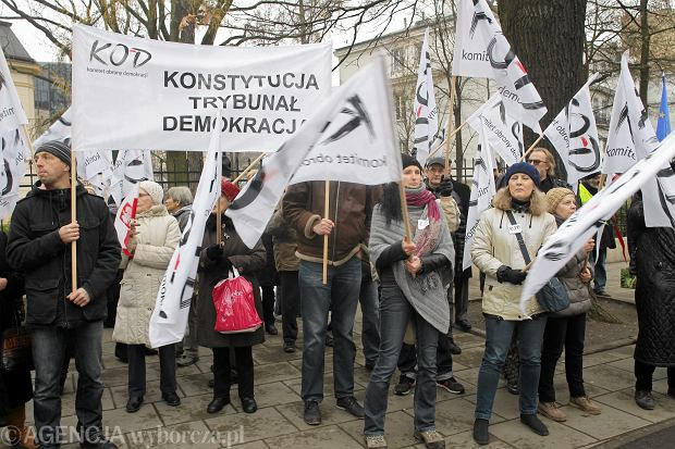 http://bi.gazeta.pl/im/fc/6e/12/z19327996Q,Pikieta-Komitetu-Obrony-Demokracji-przed-siedziba-.jpg
