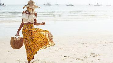 Torby plażowe 2018: w tym sezonie bardzo modne są plecione, duże torby plażowe i bambusowe koszyki
