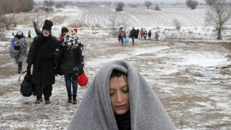 Uchodźcy przekraczają granicę z Macedonią