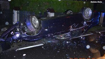 Wypadek w Ligocie. Samochód dachował, ojciec i syn byli pijani
