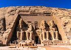 Egipt: Abu Simbel. W Abu Simbel pot�ny w�adca z XIX dynastii Ramzes II (1303-1213 p.n.e.) kaza� wyku� w skale dwie �wi�tynie, kt�re s� dzi� jednym z najciekawszych zabytk�w Egiptu. Wi�ksza, po�wi�cona trzem najpot�niejszym egipskim b�stwom - Amonowi, Ptahowi i Re - nale�a�a do w�adcy. Wej�cia do niej strzeg� cztery gigantyczne pos�gi faraona. Pomi�dzy nogami tych pos�g�w, znajduj� si� pos�gi cz�onk�w rodziny Ramzesa: jego matki, �ony, syn�w i c�rek. Tu� obok stoi nieco mniejsza �wi�tynia, prezent dla ukochanej �ony Ramzesa, s�ynnej Nefretete.