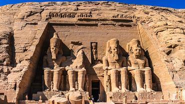 Egipt: Abu Simbel. W Abu Simbel potężny władca z XIX dynastii Ramzes II (1303-1213 p.n.e.) kazał wykuć w skale dwie świątynie, które są dziś jednym z najciekawszych zabytków Egiptu. Większa, poświęcona trzem najpotężniejszym egipskim bóstwom - Amonowi, Ptahowi i Re - należała do władcy. Wejścia do niej strzegą cztery gigantyczne posągi faraona. Pomiędzy nogami tych posągów, znajdują się posągi członków rodziny Ramzesa: jego matki, żony, synów i córek. Tuż obok stoi nieco mniejsza świątynia, prezent dla ukochanej żony Ramzesa, słynnej Nefretete.