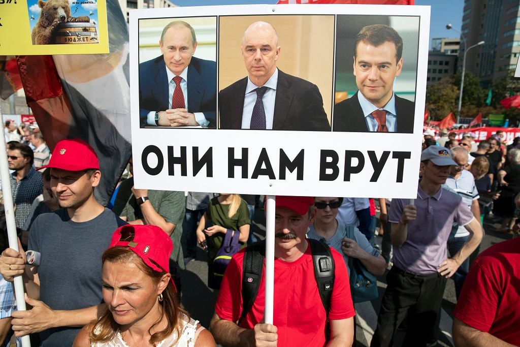 Protesty przeciw reformie emerytalnej w Rosji. 'Oni nas okłamują' - plakat ze zdjęciami Władimira Putina, ministra finansów Antona Siluanowa i premiera Dmitrija Miedwiediewa