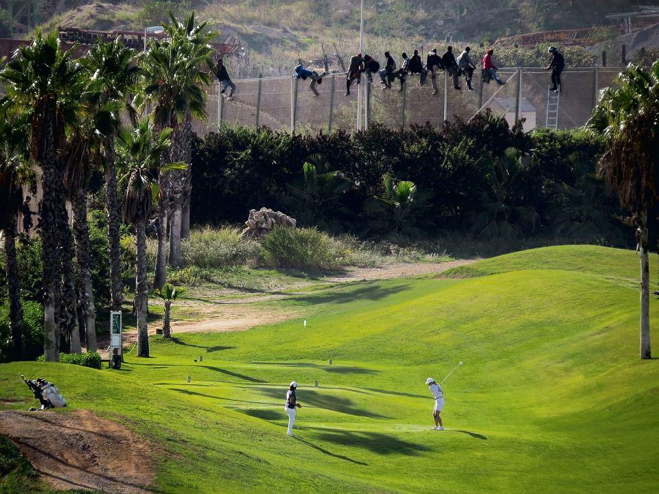 Soczystozielona trawa, dwie kobiety z kijkami, a nad ich głowami rząd ciemnych postaci - ten moment 22 października 2014 r. uchwycił nauczyciel José Palazón swoim starym nikonem. Zdjęcie pola golfowego przy granicy Europy z Afryką obiegło świat, dostało wiele nagród