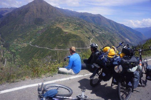 Nagrodą za trudy wspinania się na rowerach po górskich drogach były wspaniałe widoki, które podziwiają Hubert Kisiński i Dominik Dąbrowski