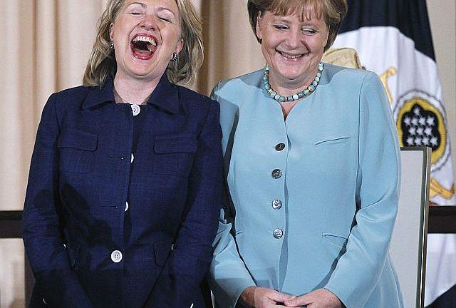 Dwie najbardziej wpływowe kobiety świata 2011 roku, kanclerz Niemiec i sekretarz stanu USA Hillary Clinton, w wyśmienitym humorze na spotkaniu w Waszyngtonie w czerwcu 2011 roku.