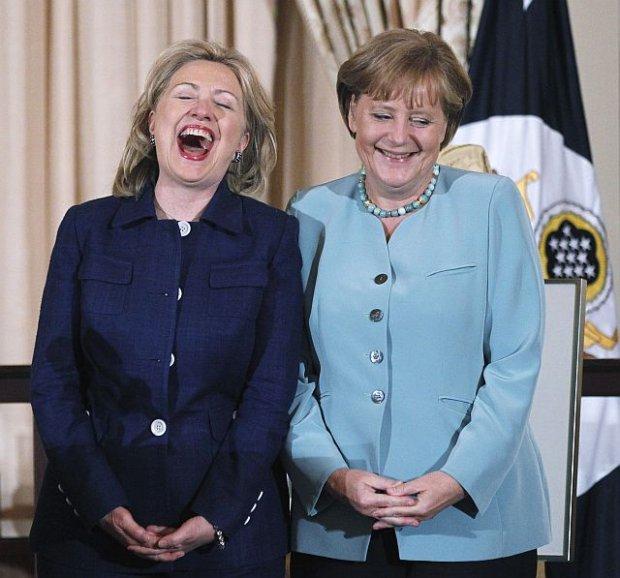 Dwie najbardziej wp�ywowe kobiety �wiata 2011 roku, kanclerz Niemiec i sekretarz stanu USA Hillary Clinton, w wy�mienitym humorze na spotkaniu w Waszyngtonie w czerwcu 2011 roku.