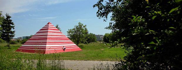 09.06.2015 Krakow . Park Lotnikow Polskich , teren przy Muzeum Lotnictwa , rzezba Piramida autorstwa Maurycego Gomulickiego w ramach projektu