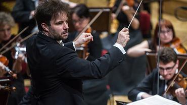 Łukasz Borowicz dyryguje Orkiestrą Filharmonii Poznańskiej podczas XXI Wielkanocnego Festiwalu Ludwiga van Beethovena.