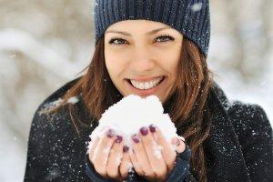 W�osy pod czapk�: jak dba� o fryzur� zim�