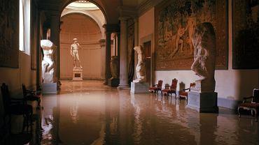 Listopad 1966 roku, zalane wodą wnętrze galerii Akademia we Florencji. W głębi 'Dawid' Michała Anioła