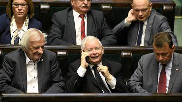 Prezes Jarosław Kaczyński i jego przyboczni w ławach sejmowych, 15 września 2017