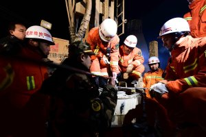 Czterech chińskich górników uwięzionych od pięciu dni w kopalni gipsu w Szantungu nadal żyje