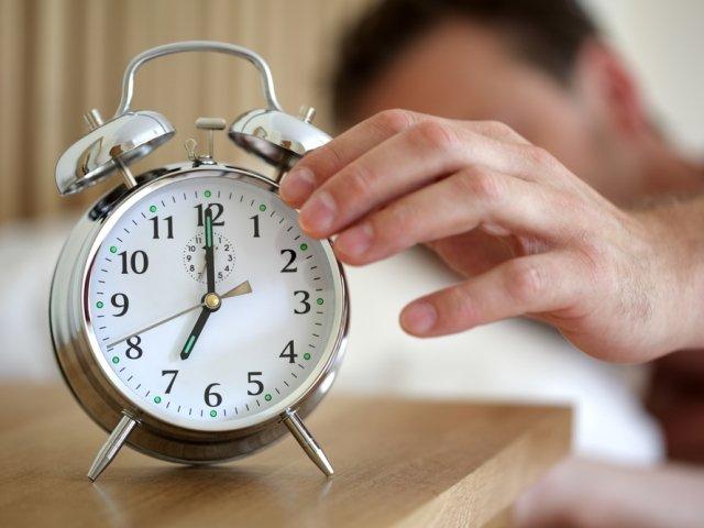 Postaraj się ustalić i przestrzegać rytmu zasypiania i budzenia. Ustal godziny o których się budzisz i zasypiasz i przyzwyczaj organizm do takiego cyklu.