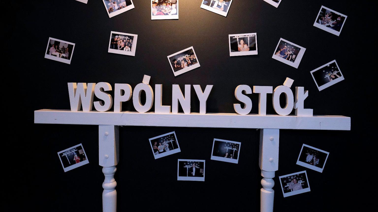 Ściana w restauracji z podpisami i fotografiami osób, które tworzyły Wspólny Stół