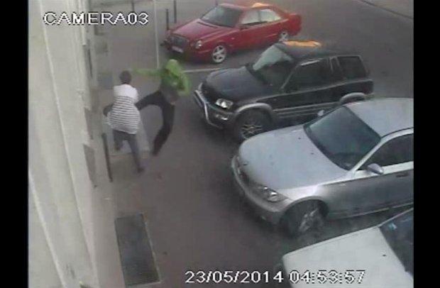 Szed� ulic� i brutalnie kopa� przypadkowe kobiety. Sprawc� nagra�a kamera