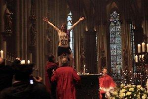 Aktywistka Femenu półnaga podczas mszy w kolońskiej katedrze. Arcybiskup: Kobieta o pomieszanych zmysłach