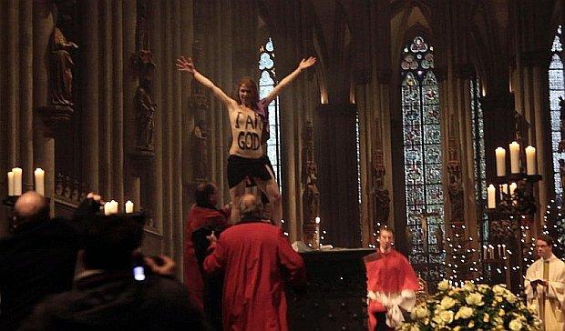 Aktywistka Femenu p�naga podczas mszy w kolo�skiej katedrze. Arcybiskup: Kobieta o pomieszanych zmys�ach