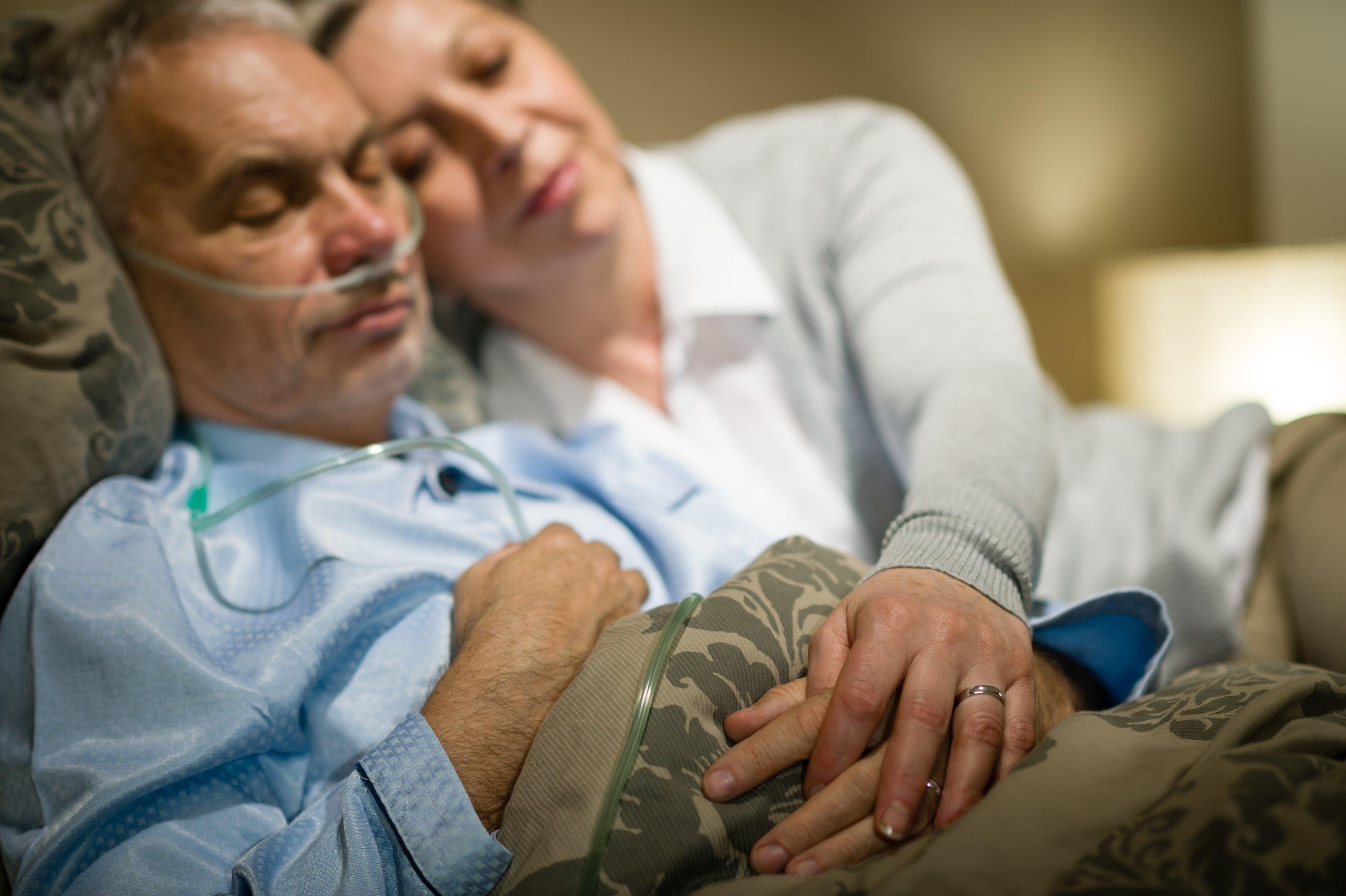 Dla chorego mężczyzny wsparcie partnerki jest niezwykle ważne (fot. Shutterstock.com)
