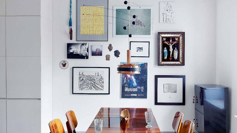 Na równych prawach. Na ścianie, pośród grafik młodych artystów, wiszą dwa dzieła słynnego Edwarda Dwurnika, ludowy obraz oprawiony w lustrzaną ramę i kilka dewocjonaliów. Wszystkie elementy, choć zróżnicowane stylistycznie, tworzą razem harmonijną kompozycję.