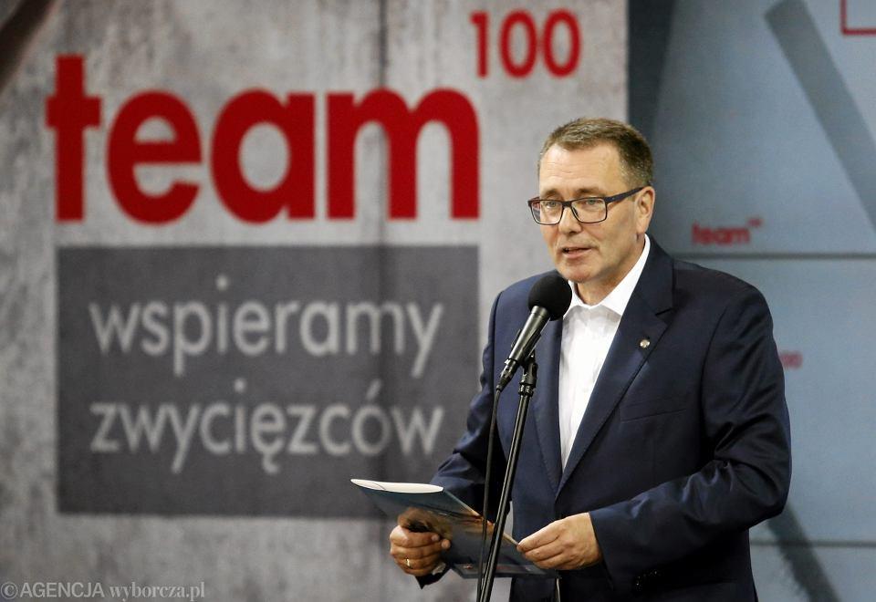 Cezary Jurkiewicz podczas inauguracji programu pomocy wybitnym młodym sportowcom Team 100 .